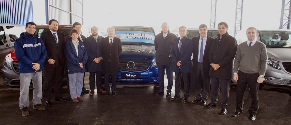 El acto del lanzamiento industrial del Mercedes-Benz Vito, contó con la presencia de directivos de la marca encabezados por el presidente Meier (el primero a la derecha del vehículo)...